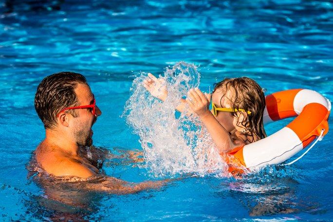 V bazénu bezpečně: Bez téhle výbavy do vody dítě nepouštějte