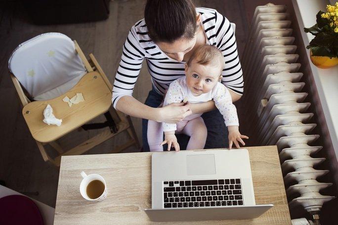 Práce s dítětem na klíně? Nebojte se investovat do hlídání