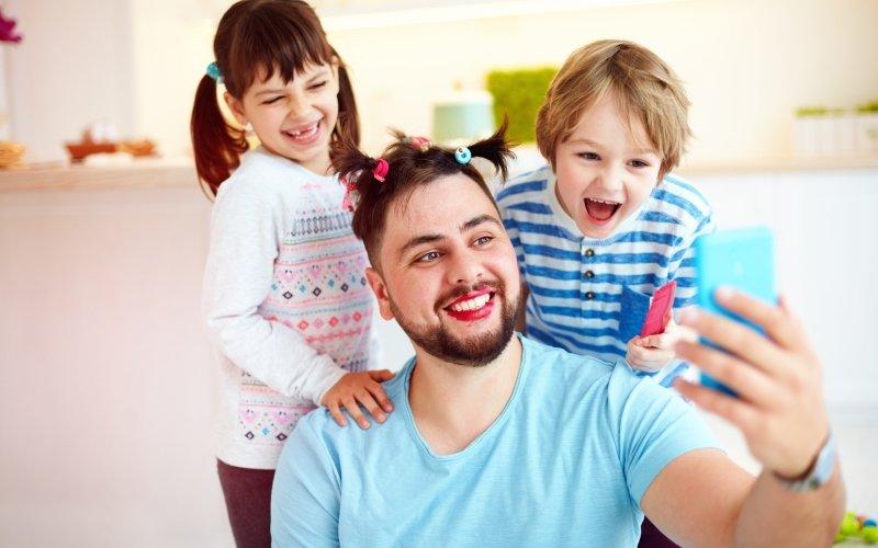 S tatínky si děti užijí spoustu legrace. Zdroj: Olesia Bilkei / Shutterstock, Inc.