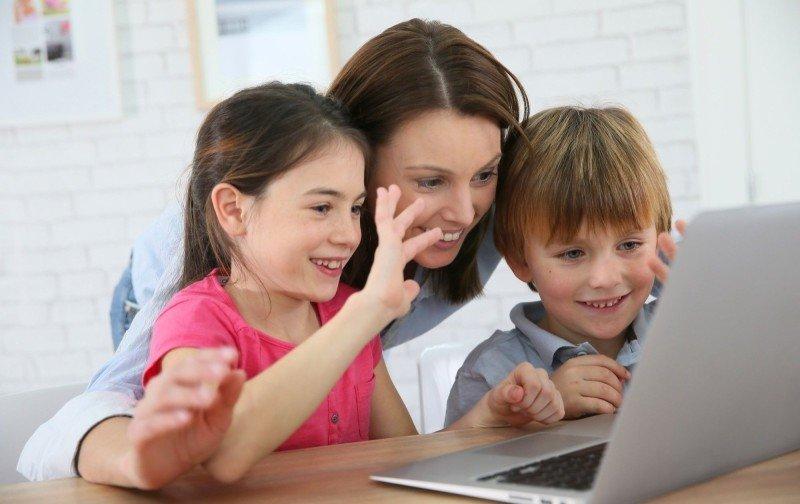 Na internetu tráví hodně času děti i rodiče. Zdroj: goodluz / Shutterstock, Inc.