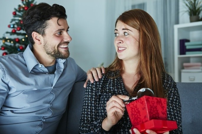 Nevhodný dárek můžete vrátit nebo poslat dál. Zdroj: Sebastian Gauert/ Shutterstock, Inc.