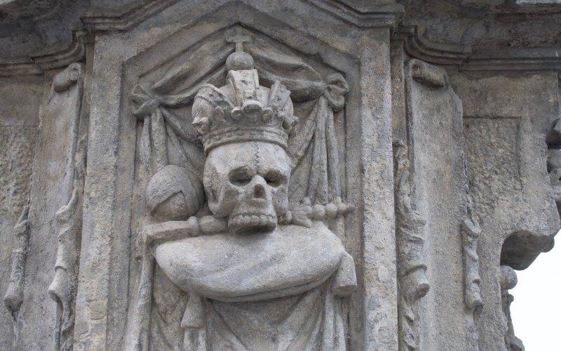 Lebky a kosti jsou i součástí kutnohorských sousoší.