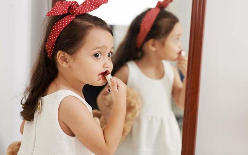 Krásná jako maminka? Dejte pozor na alergie, dětská líčidla nemusí být bezpečná. Zdroj foto: Dragon Images / Shutterstock
