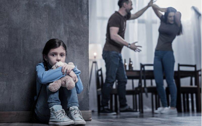 Domácí násilí: Soud chce vyšší tresty, pokud k němu dochází před dětmi