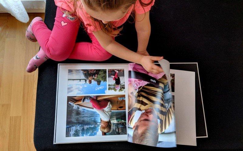 Emily je nadšenou cestovatelkou, ve fotoknize jsou proto její fotky z různým míst.