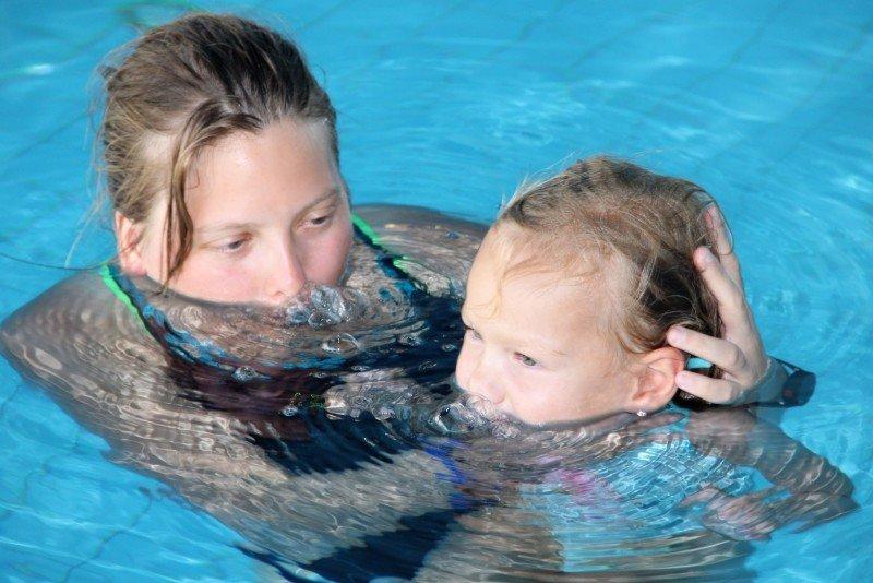 Plavání je pro děti s nervo-svalovým onemocněním velmi důležité. Zdroj: Jolana Kopejsková
