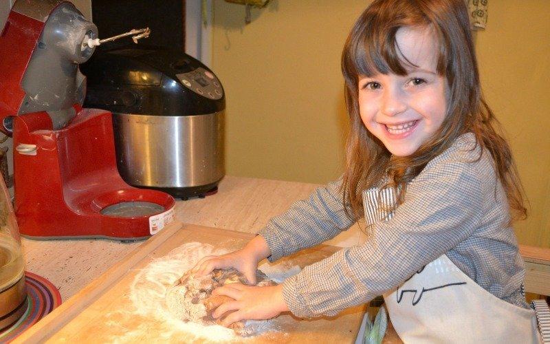 Nechtě děti hníst těsto, milují to.