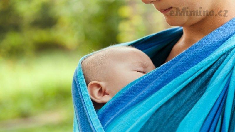 Maminka s dítětem v symbioze, to je nošení. Zdroj: Ingimage