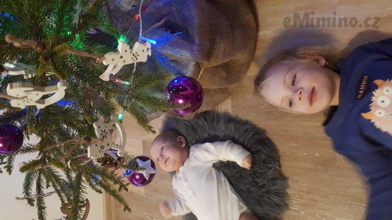 Poprvé spolu u stromečku, my a naše dvě dcery