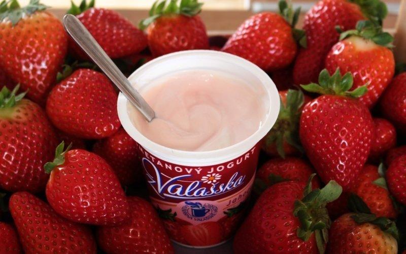 VIDEO: Vyzkoušejte 2 výborné recepty s jogurty. Děti se budou olizovat až za ušima!