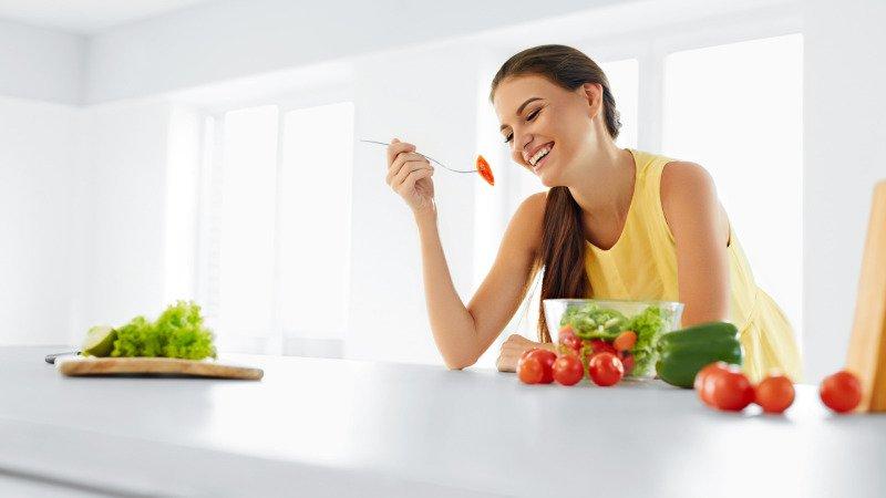 Při hubnutí je třeba pestrá a vyvážená strava. Zdroj: Canva