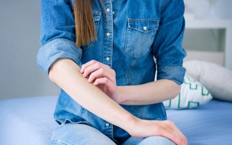 Svědění pokožky může způsobit i nedostatečné máchání prádla, míní dermatologové