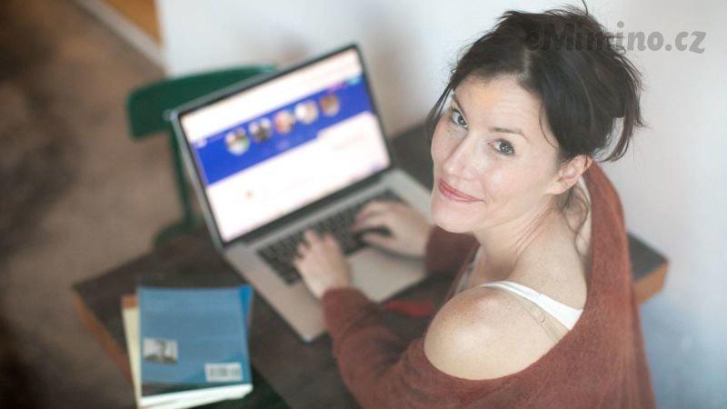 Najděte podporu online a přečtěte si zkušenosti žen, které prošly něčím podobným. Zdroj: Canva