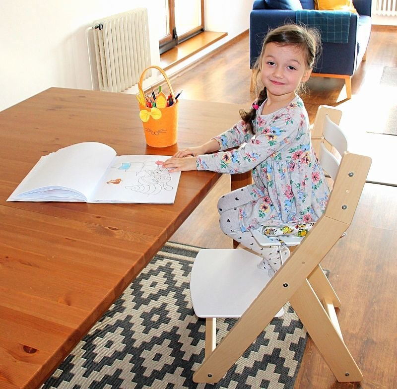 Emička vyzkoušela rostoucí židličku SANDY. Zdroj: Redakce