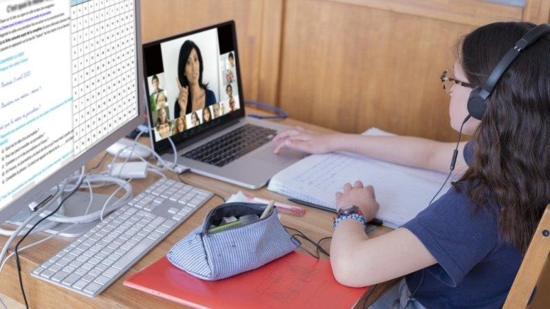 Výuka online na dobu neurčitou: Zblbnou z ní naše děti i my?
