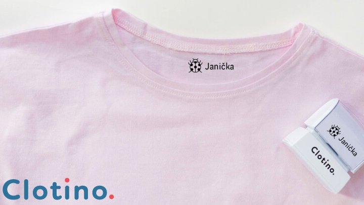 Razítko se jménem k označení dětského oblečení. Zdroj:Clotino.