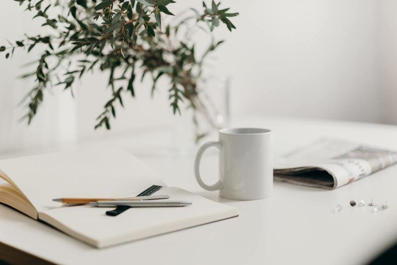 Home office - dostatek papírů a kávy. Zdroj: www.pexel.com