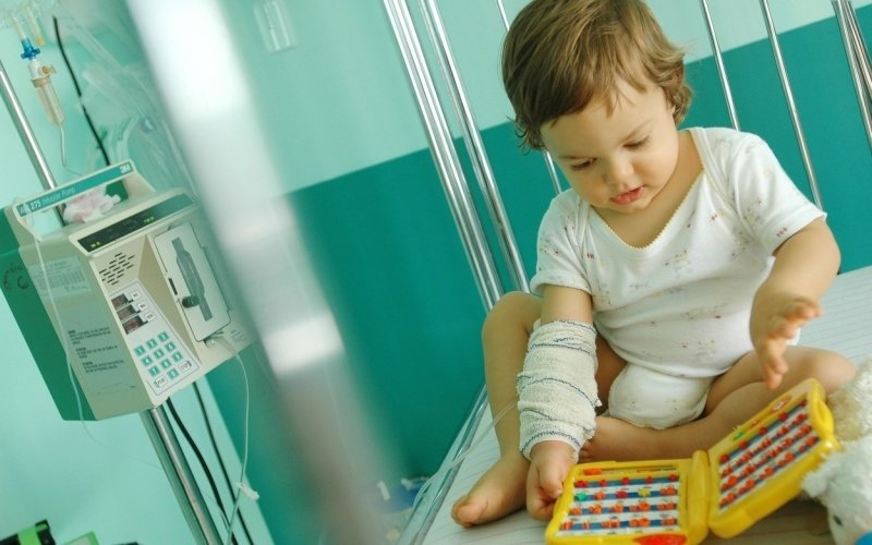 Nemocnice nechtějí pouštět rodiče k hospitalizovaným dětem