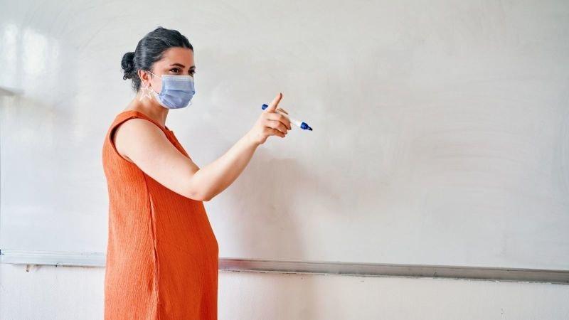 Pokud pracujete na exponovaných místech, vážnější může být prodělání nemoci. Zdroj: Canva