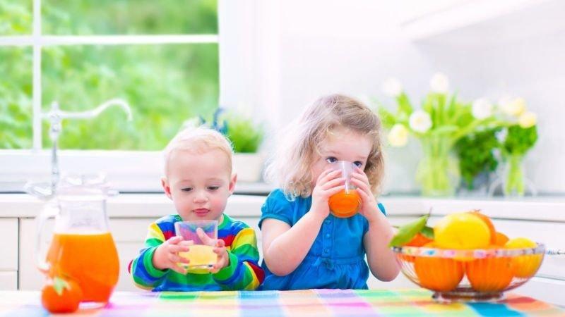Ovocné šťávy dětem nařeďte vodou. Zdroj: Canva